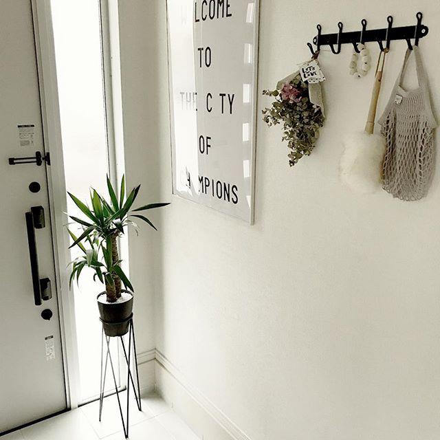 花をインテリアにした玄関の壁飾り