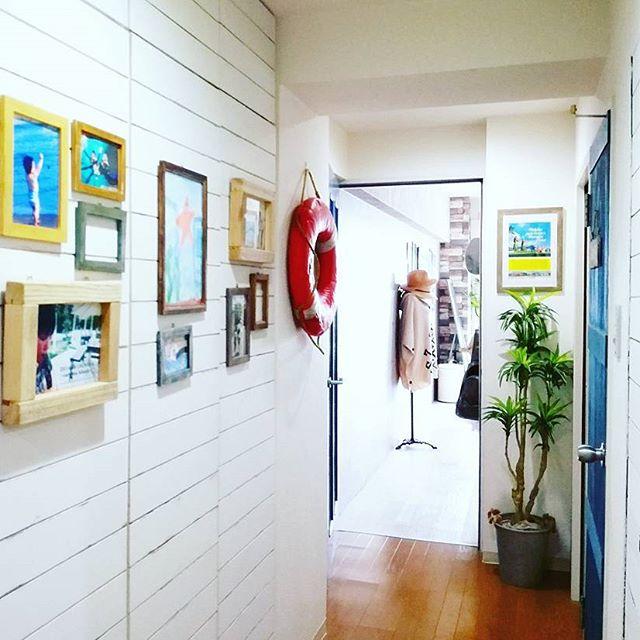 写真を飾りにした玄関の壁