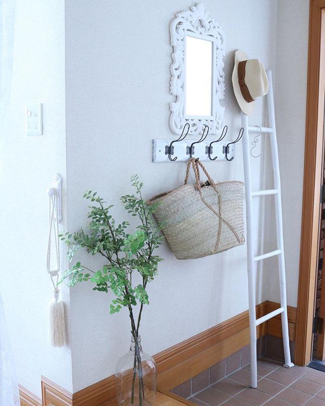 おしゃれな小物を飾った玄関の壁4