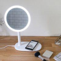 鏡・充電・照明を同時に叶えてくれる!画期的な「卓上ミラー」