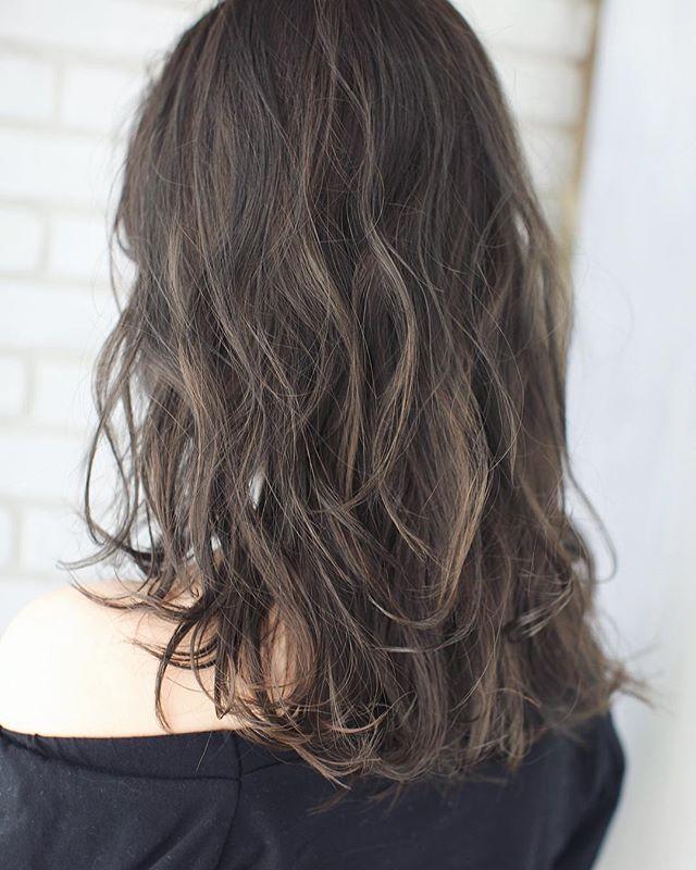 ロングに似合う髪色×春×シアーカーキ