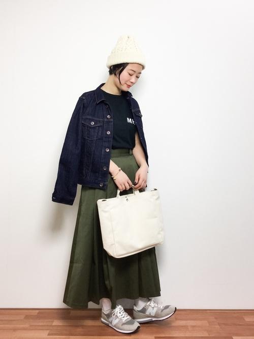 ケーブル編みニット帽×カーキスカート