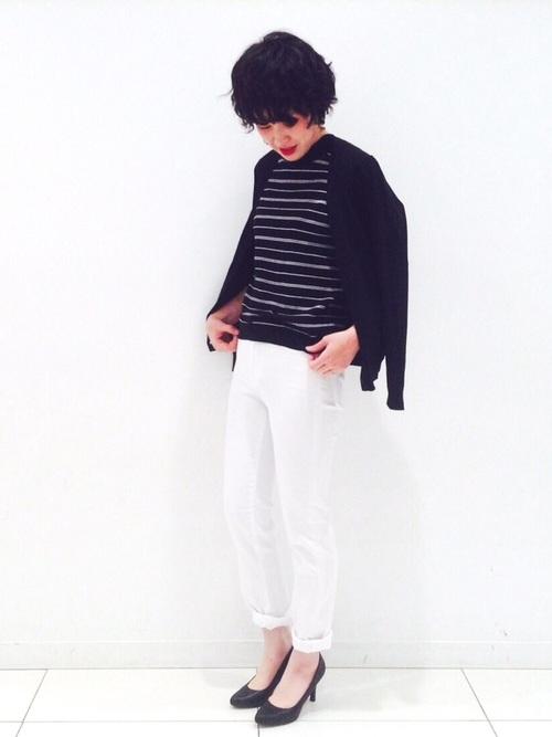黒ノースリーブニット×白パンツの着こなし