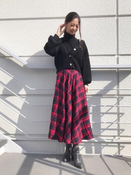 黒ノースリーブニット×赤スカートの着こなし