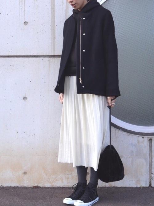 無印黒パーカー+白スカート冬コーデ