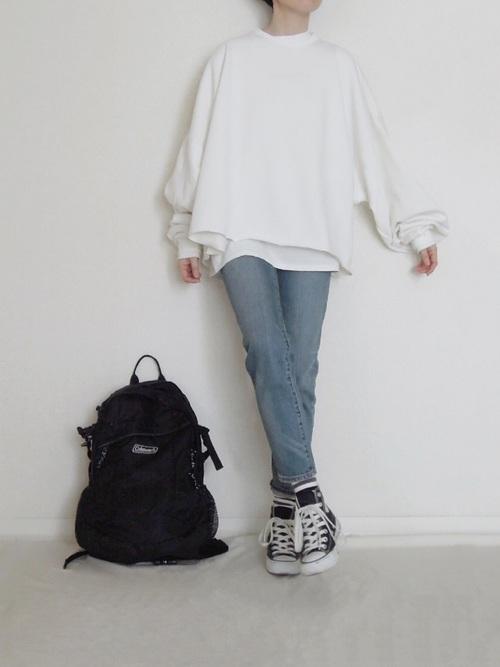 ボリューム袖トップスの服装