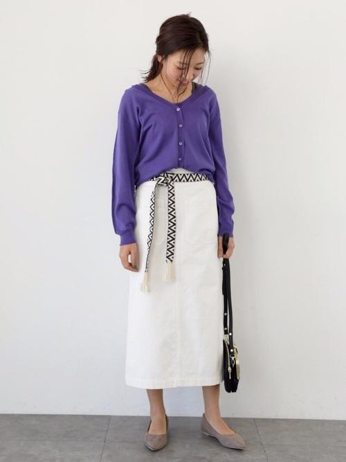 紫ノースリーブニット×白スカートの着こなし