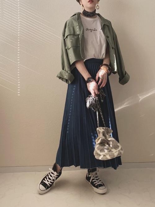 Tシャツ×ジャケット×プリーツスカートの秋コーデ