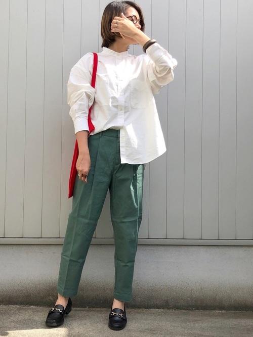 白シャツ×プチプラ緑パンツの秋コーデ