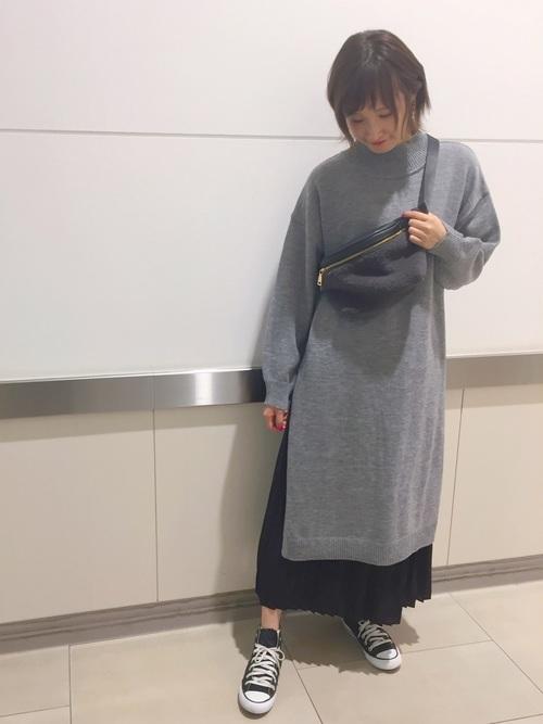 ニットワンピース×黒スニーカーの秋コーデ