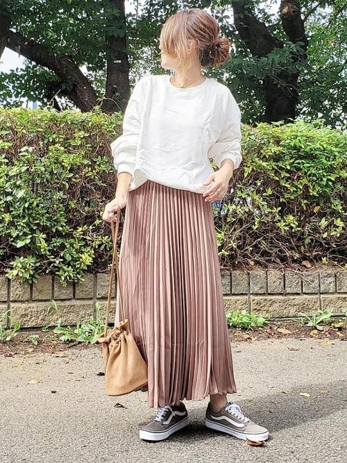 茶色プリーツスカートのカジュアルコーデ