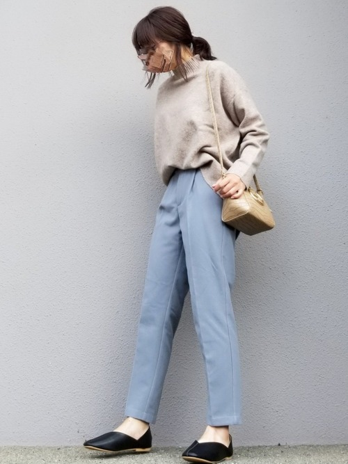 ベージュニット×プチプラ青パンツの秋コーデ