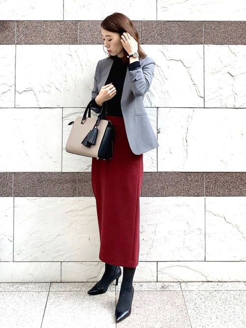 赤系スカートのオフィスカジュアル