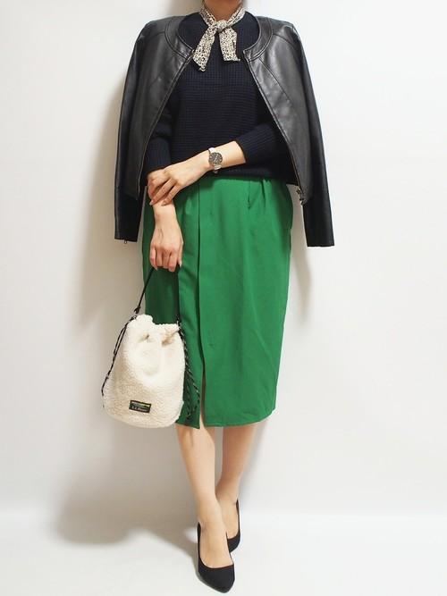 プチプラ黒ニット×緑タイトスカートの秋コーデ