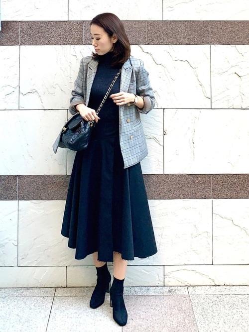 プチプラグレーニット×黒スカートの秋コーデ