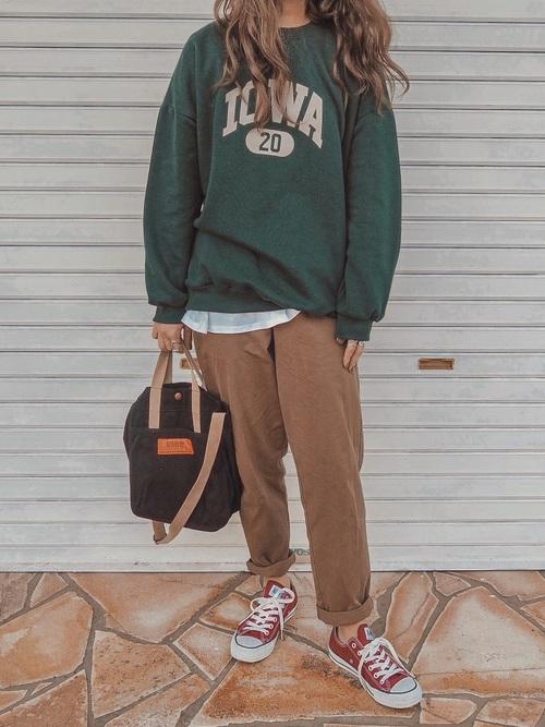 緑ロゴトレーナー×ブラウンパンツコーデ