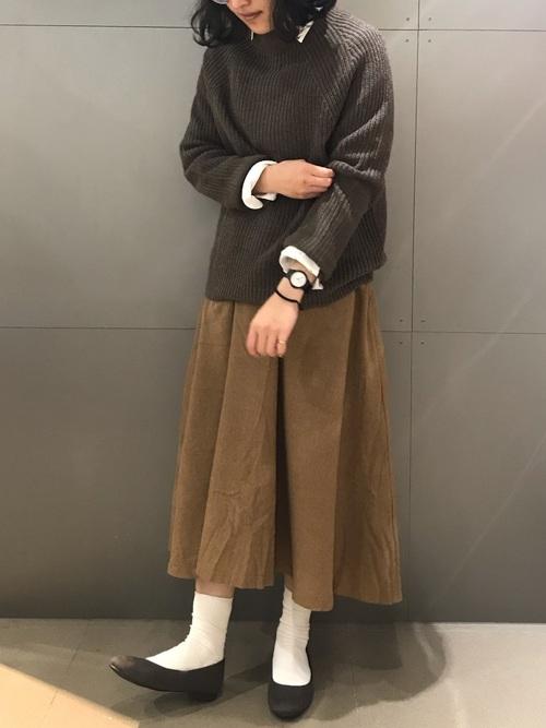 無印茶色スカート+ニット+シャツ冬コーデ