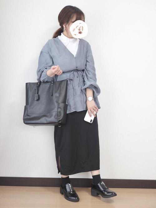 青Vネックブラウス×黒タイトスカートコーデ