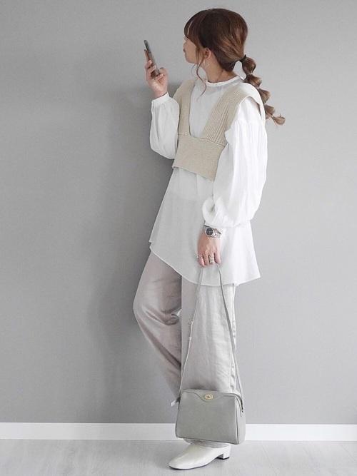 白ロングブラウス×白ニットベストコーデ