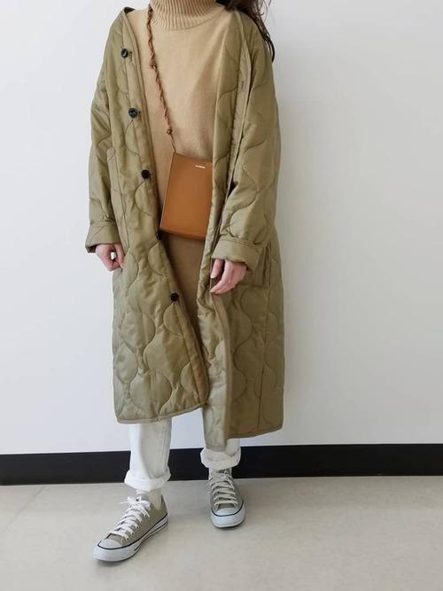 ユニクロベージュワンピース×緑コートコーデ