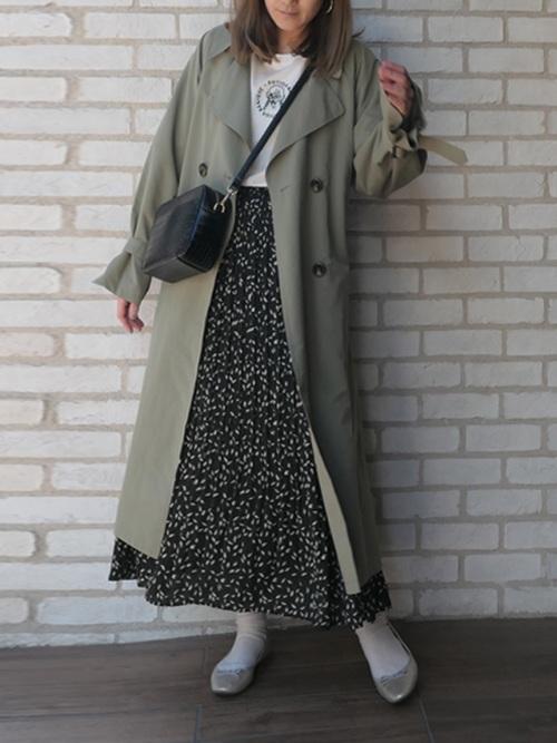 黒花柄スカート×緑トレンチコートの秋コーデ