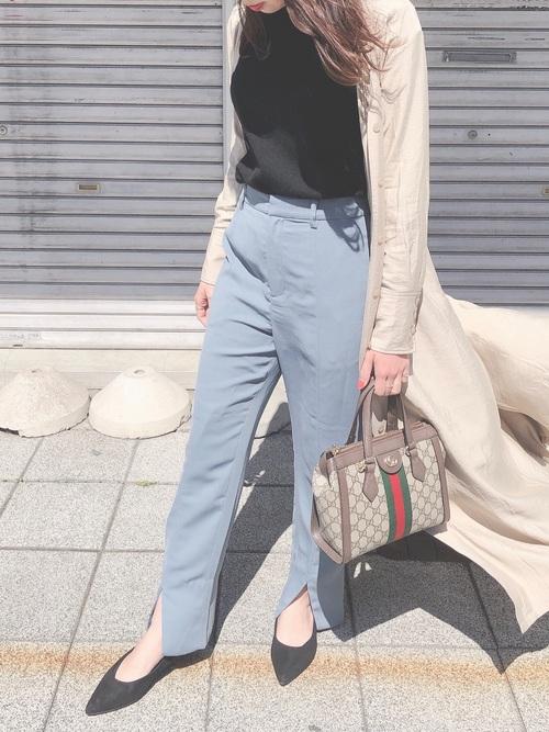 プチプラ黒ニット×水色パンツの秋コーデ
