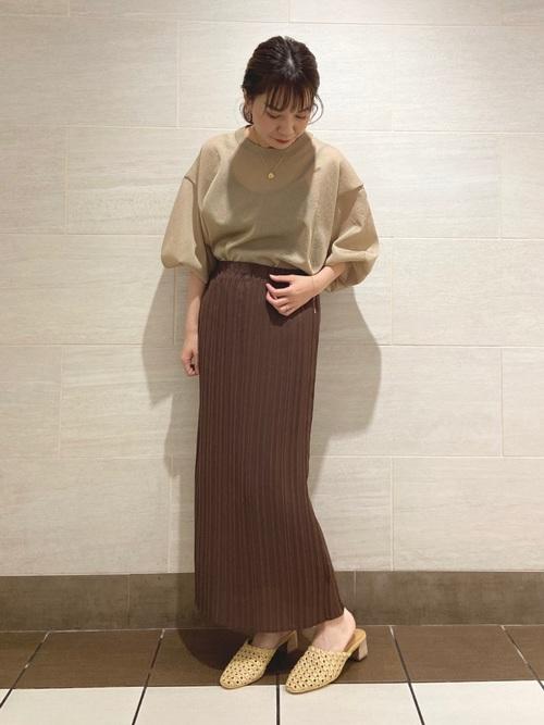 タイトな茶色プリーツスカートのコーデ