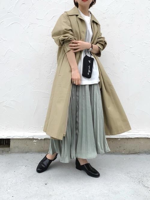 緑プリーツスカート×トレンチコートの秋コーデ