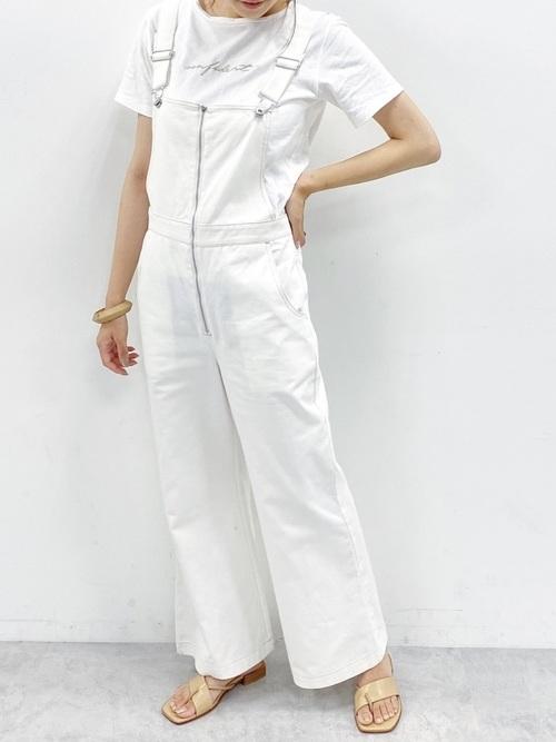 白ロゴTシャツ×白オーバーオールの夏コーデ