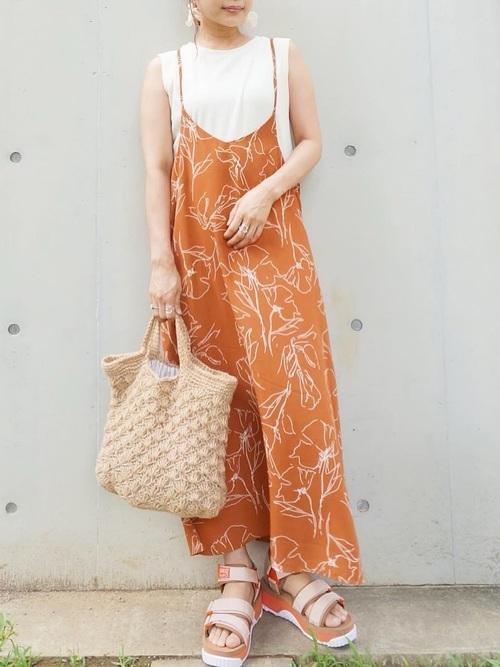 オレンジの花柄キャミワンピで着映え