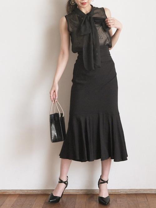 マーメイドスカートで全身黒の夏コーデ