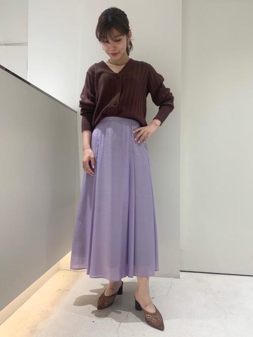 茶色カーディガン×紫ロングスカートの秋コーデ