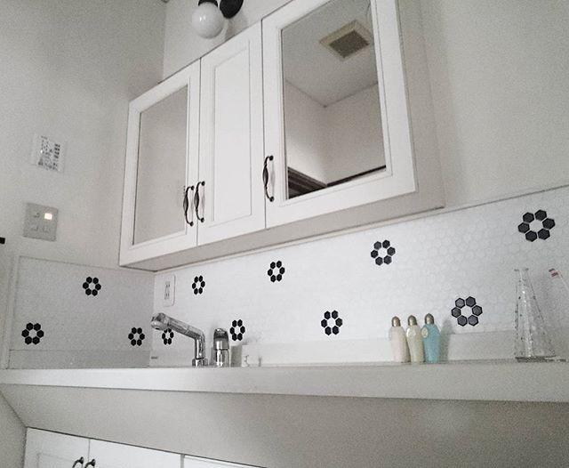 ハニカムモザイクがキュートな造作洗面台
