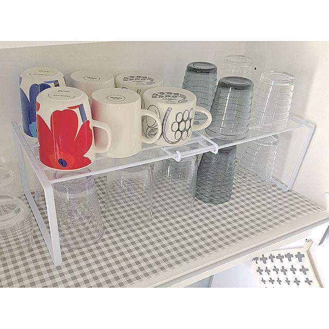 グラスやコップを棚に収納する2
