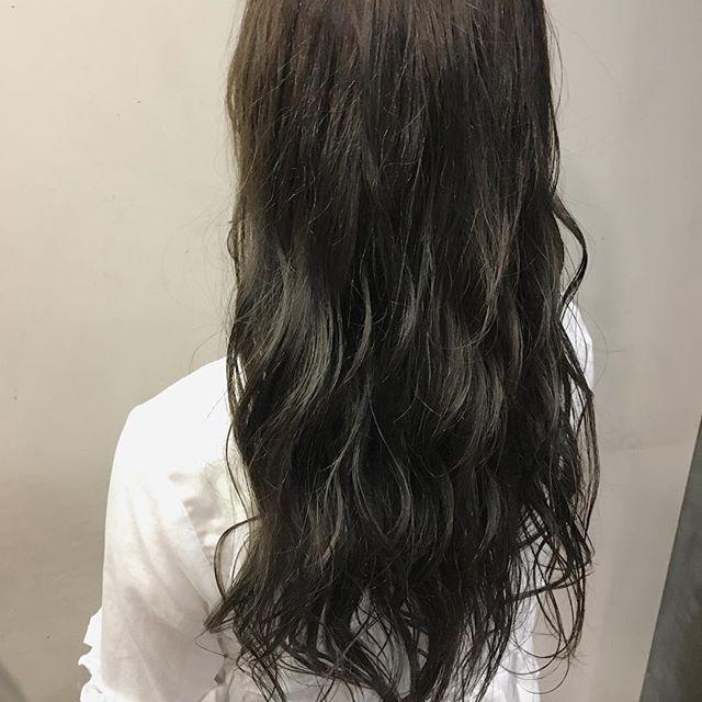 ロングに似合う髪色×夏×グレイッシュ