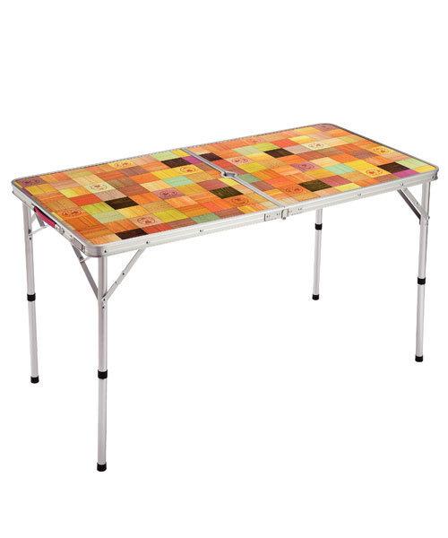 個性的なモザイク柄のキャンプテーブル