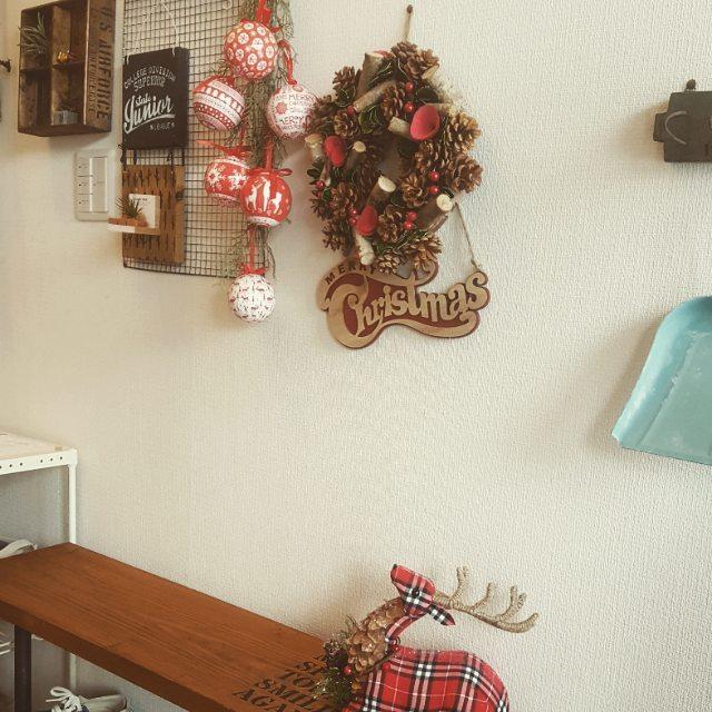 おしゃれな小物を飾った玄関の壁3