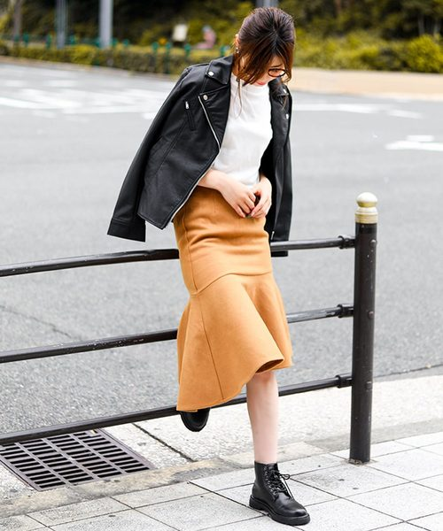 ライダースジャケット×オレンジ系スカート