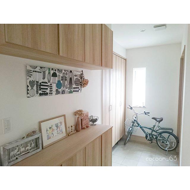 おしゃれなパネルを飾りにした玄関の壁