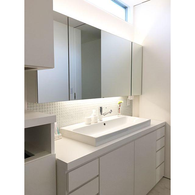 収納力を高めたホワイトカラーの造作洗面台