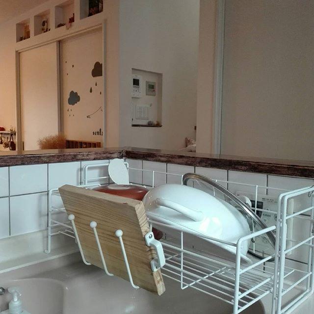 キッチンに合わせて幅が調整できる水切りカゴ