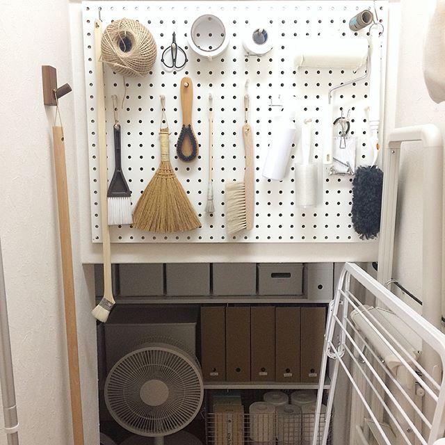 高い階段下の収納アイデア⑦掃除用具