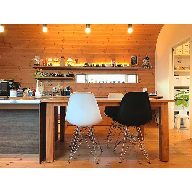 リラックスできる電球色のキッチン照明