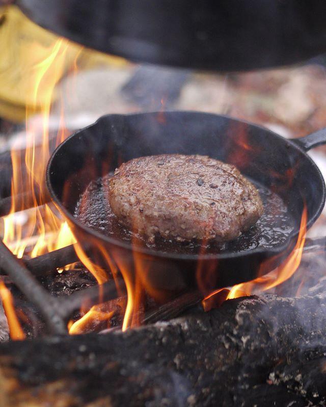 冬に食べたいキャンプ料理!ハンバーグ