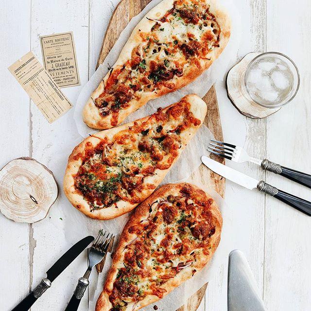 お好み焼きソースと肉団子のピザ