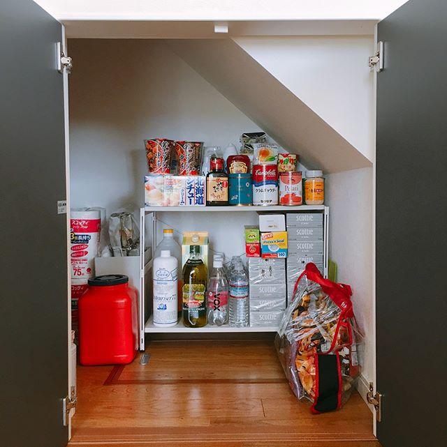 低い階段下の収納アイデア④日用品&食品
