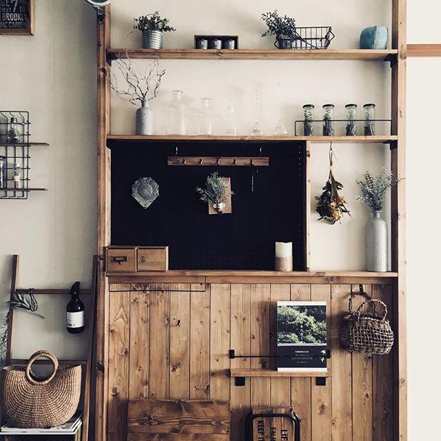 飾り棚が古民家風のインテリア