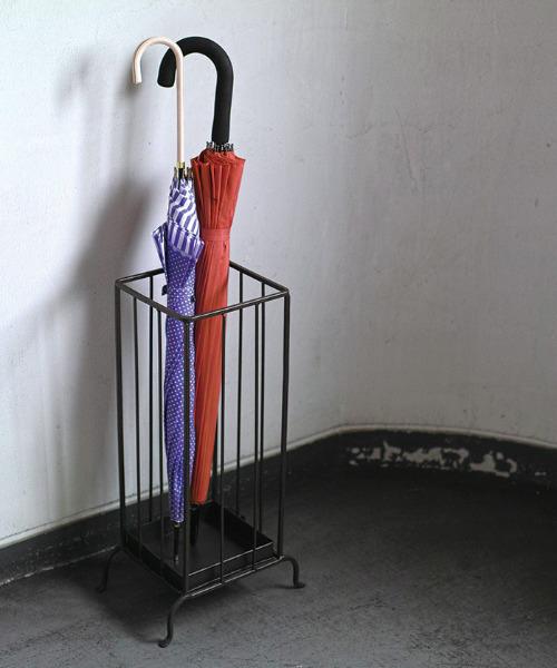シンプルな脚付きの傘立て