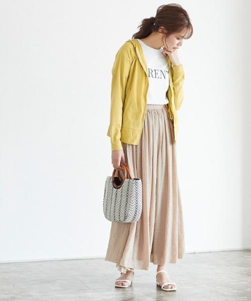 スラブパーカー×スカートの服装