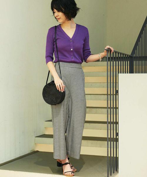 紫カーディガン×黒チェックパンツの秋コーデ